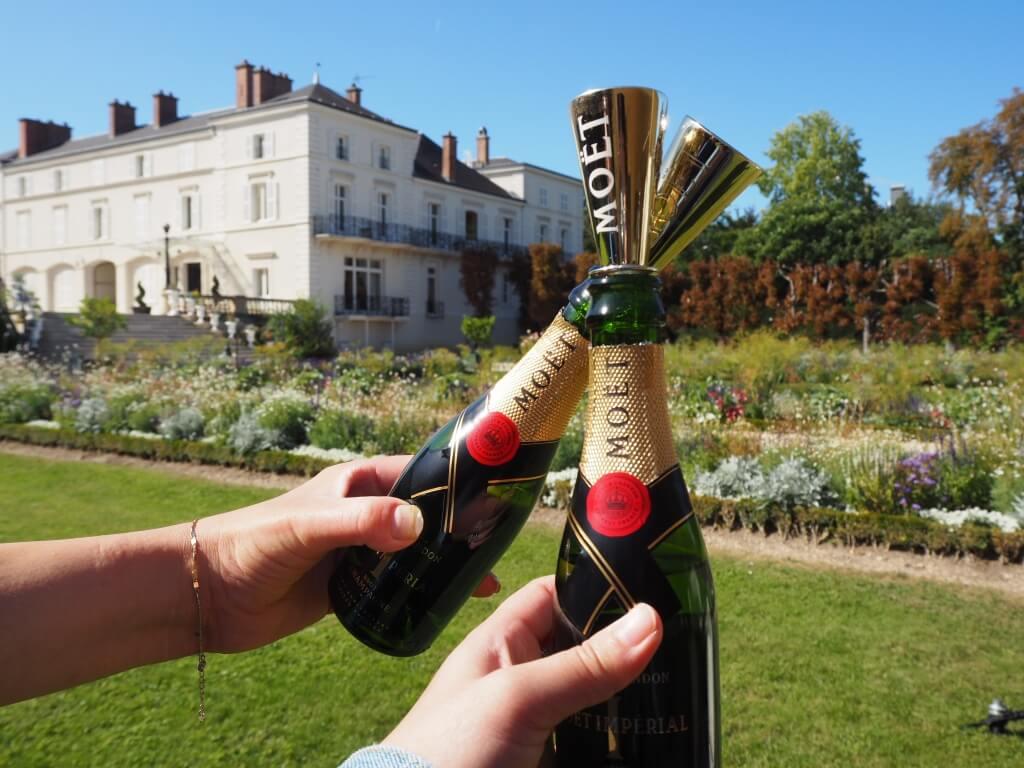 Moët & Chandon Impérial是品牌代表香檳,用上了三至四成的Pinot Noir和Pinot Meunier以及不足三成的Chardonnay 釀製,再從二千款基酒中混調而成的乾型香檳。其色澤金黃,帶果香和花香,入口濃郁、滑順。