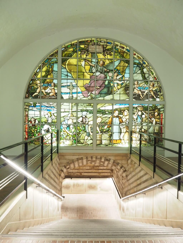走進酒窖前看見的彩繪琉璃,見證了 二百多年的歷史,人手製作是百年味道 的重點,為香檳添上人情味和韻味。