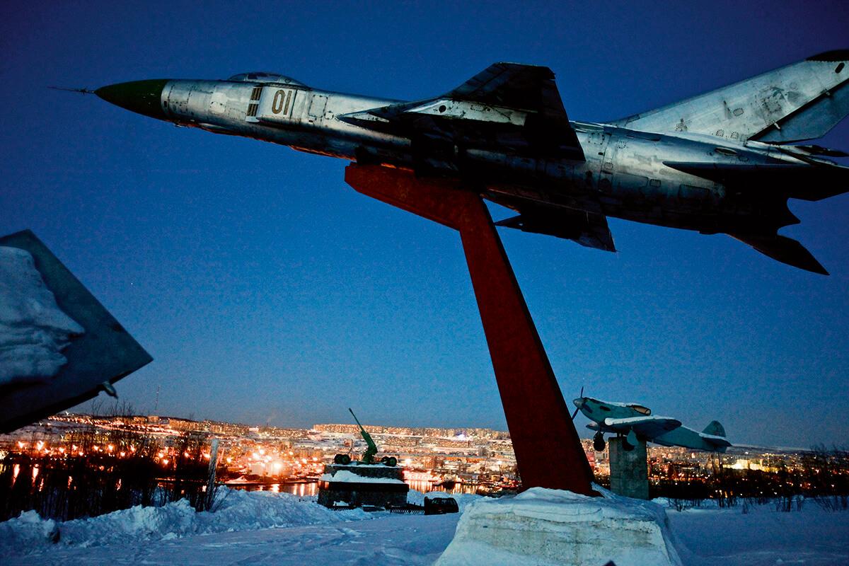 第二次世界大戰紀念碑屹立在工業和航運樞紐的摩爾曼斯克城。冷戰期間,這座城市是重要的軍事基地,與邊境線的芬蘭和挪威對峙。今天它是北極地區最大的海港城市。