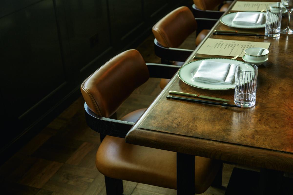 27樓宴會廳的木紋長桌及淺色皮椅色調相同,搭配深綠色便展現出典雅感。