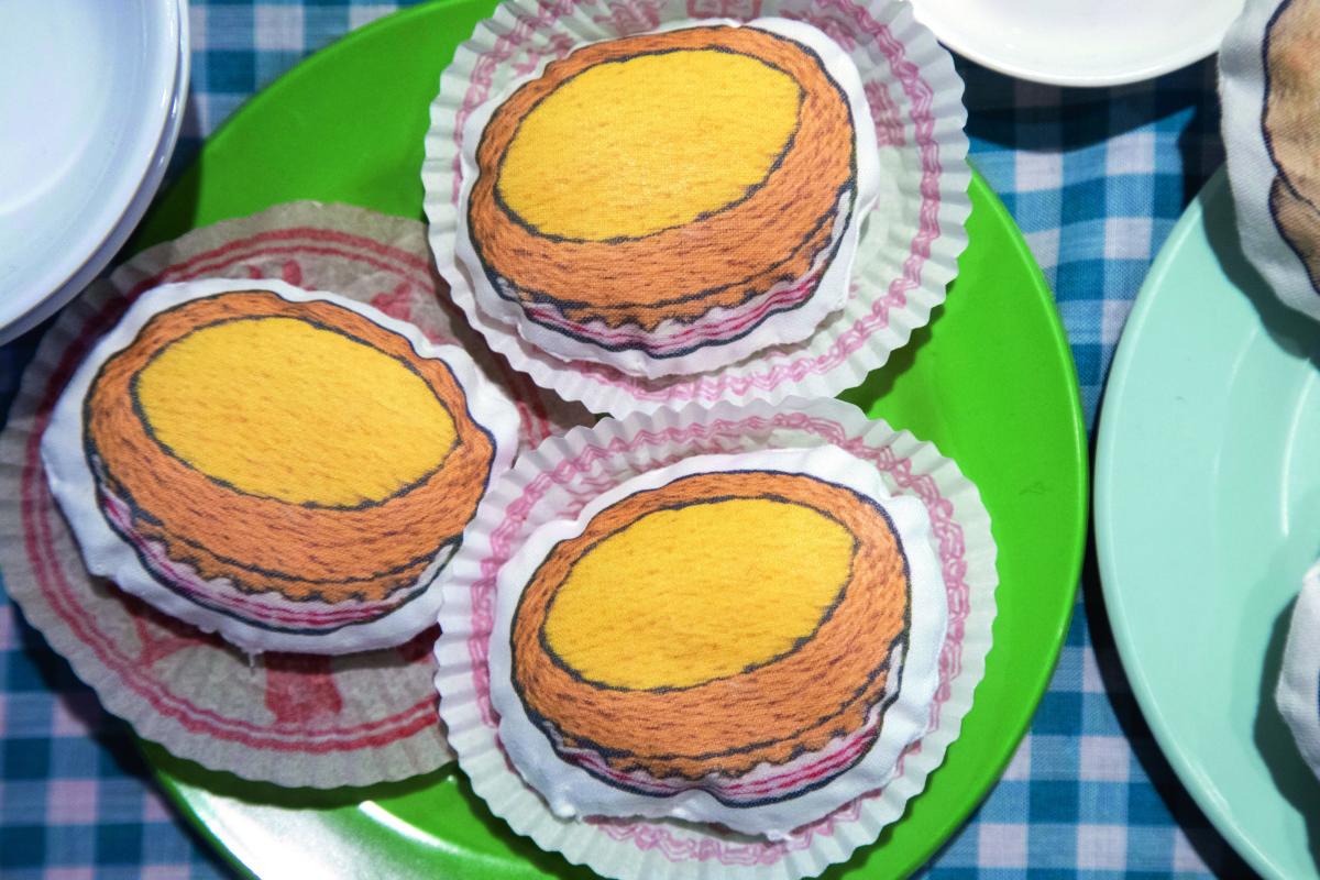 鈴木久美子的在香港的抓拍,是她作品的來源。一張蛋撻的相片,便化作一個「蛋撻」咕臣。