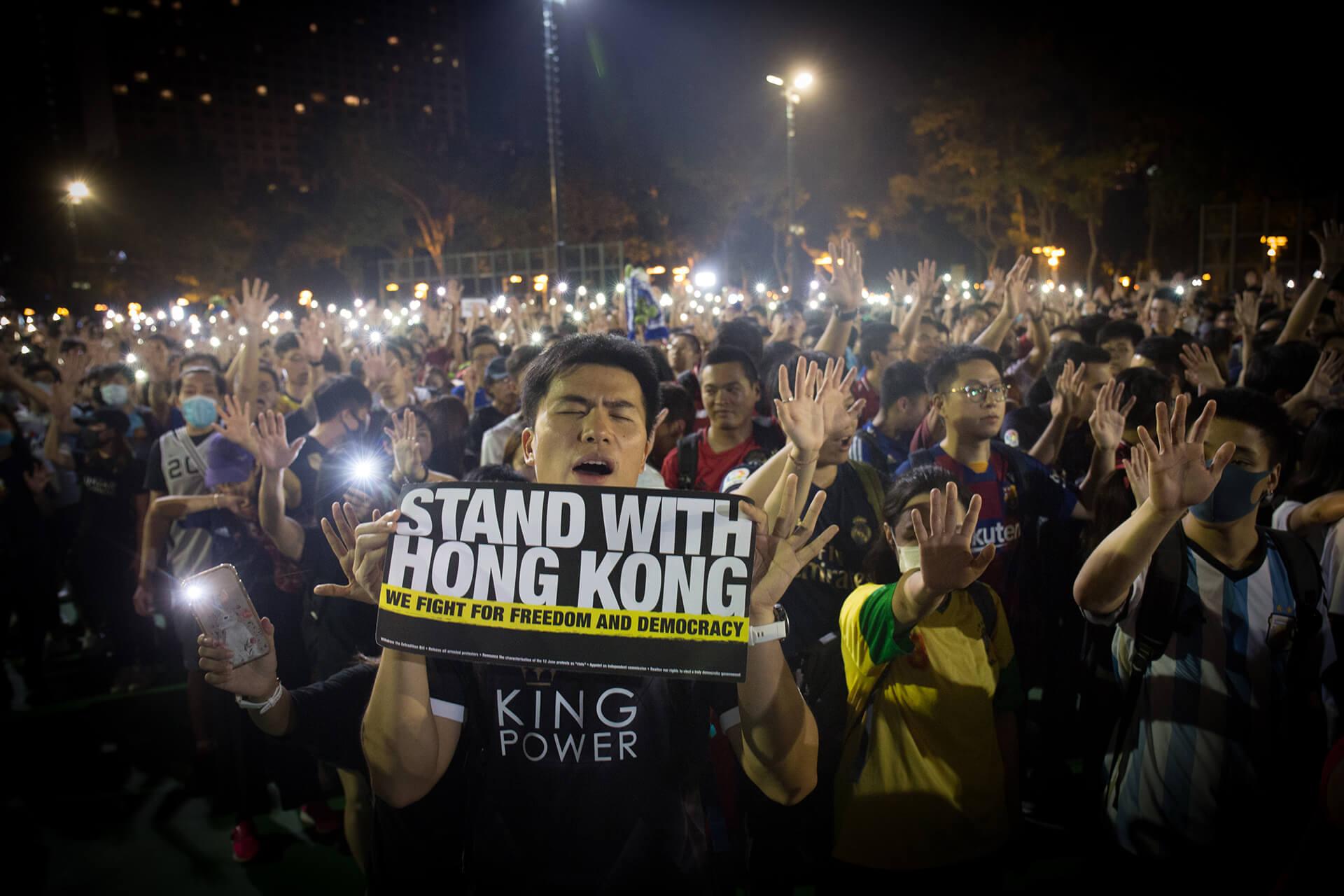 9月18日晚,一羣球迷在維園高唱《願榮光歸香港》、《黃金入球》等歌曲。