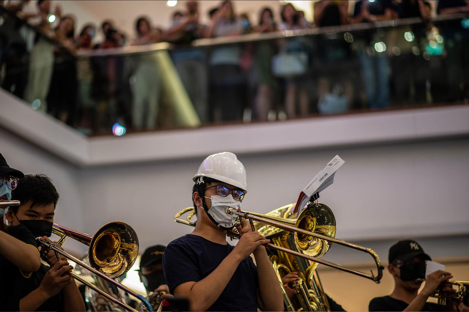 在商場唱歌已演變成抗爭形式的一種,更不時有現場管弦樂隊表演。