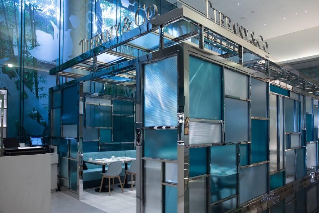 以Tiffany著名的色彩玻璃為設計重點,透明的、藍色的不同大小的組合和配搭,橫間直紋的相間,歡迎來到The Tiffany Blue Box的夢幻世界。