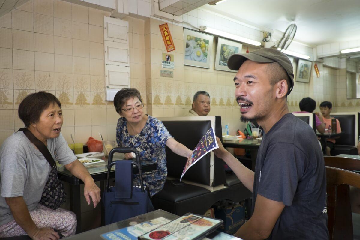 裝疊藝術家葉啟俊(右)搬入坪洲逾兩年半,現為「坪洲島聚」成員。