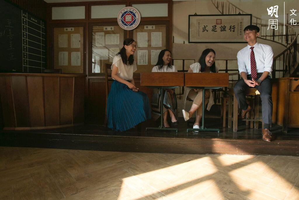校史室保留了年代久遠的枱凳,椅子連着桌子。學生以前會在枱面開一個洞,櫃桶內放有凍飲,飲管穿過小洞,可以享受上堂「偷飲」的快感。(左起:潘曉玲、林慧嫻、郭慧蘭、錢澄)