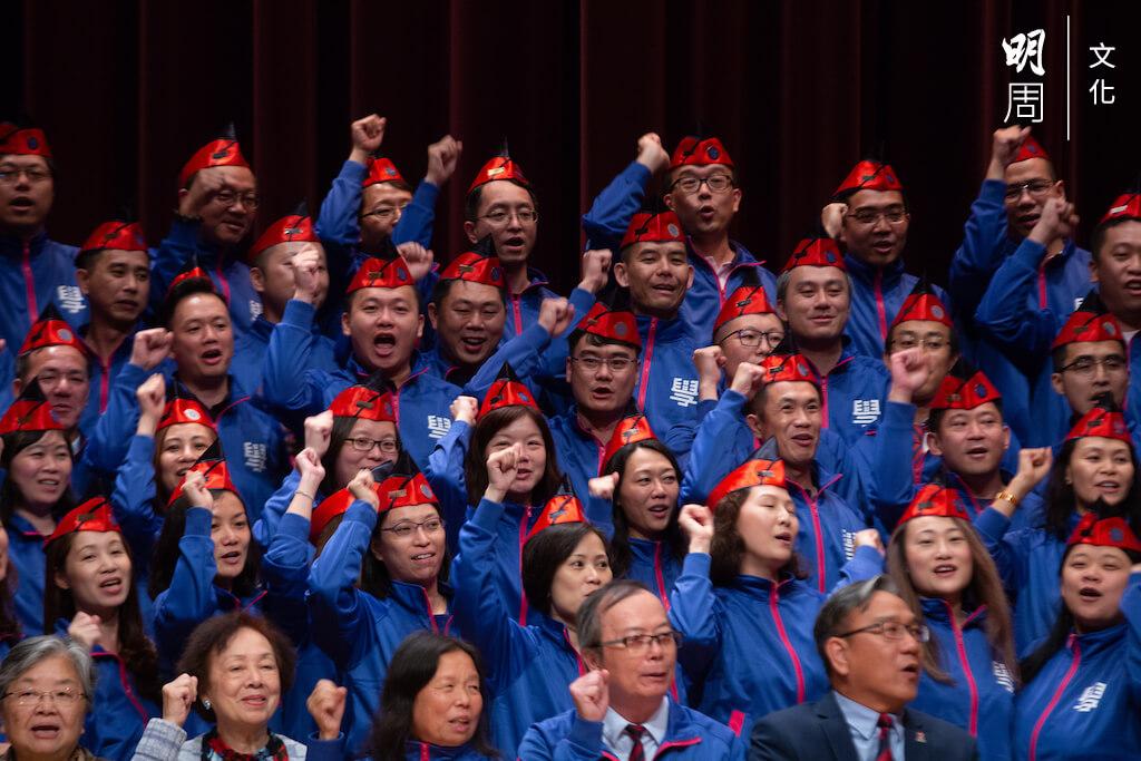 畢業二十五年後,社員參加銀禧加冕儀式;能夠重踏台上,在老師手中接過一頂小紅帽,不少校友都珍而重之。