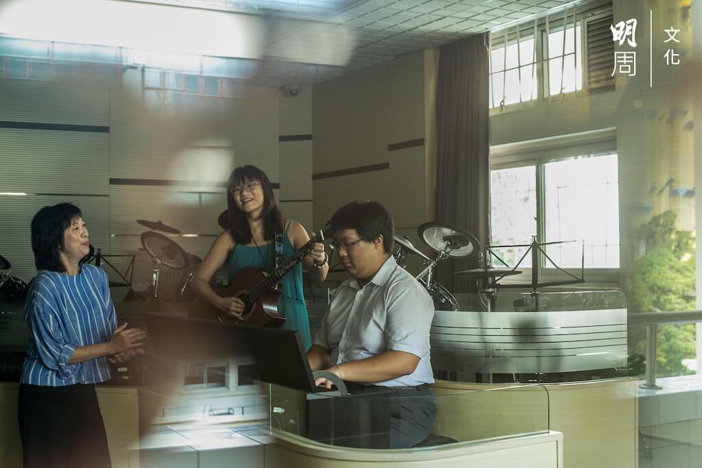 鍾宛姍(中)與楊偉樂(右)整個中學都同班(中三除外),師生三人在敬拜隊結緣。楊偉樂如今任教生物科,與鍾少雲(左)老師一起帶領中學的敬拜隊。