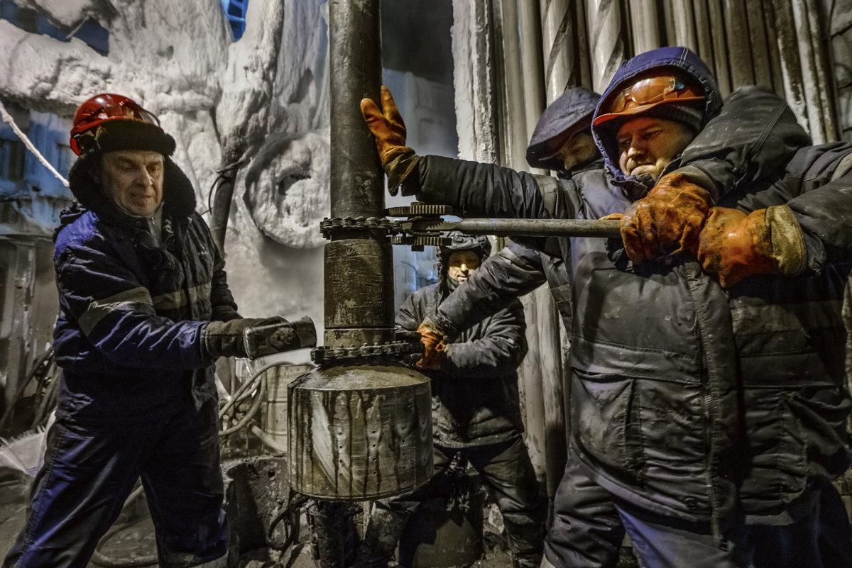 德國能源供應商BASF Wintershall在俄羅斯北極圈的天然氣工廠,幾個工人正合力上螺絲。