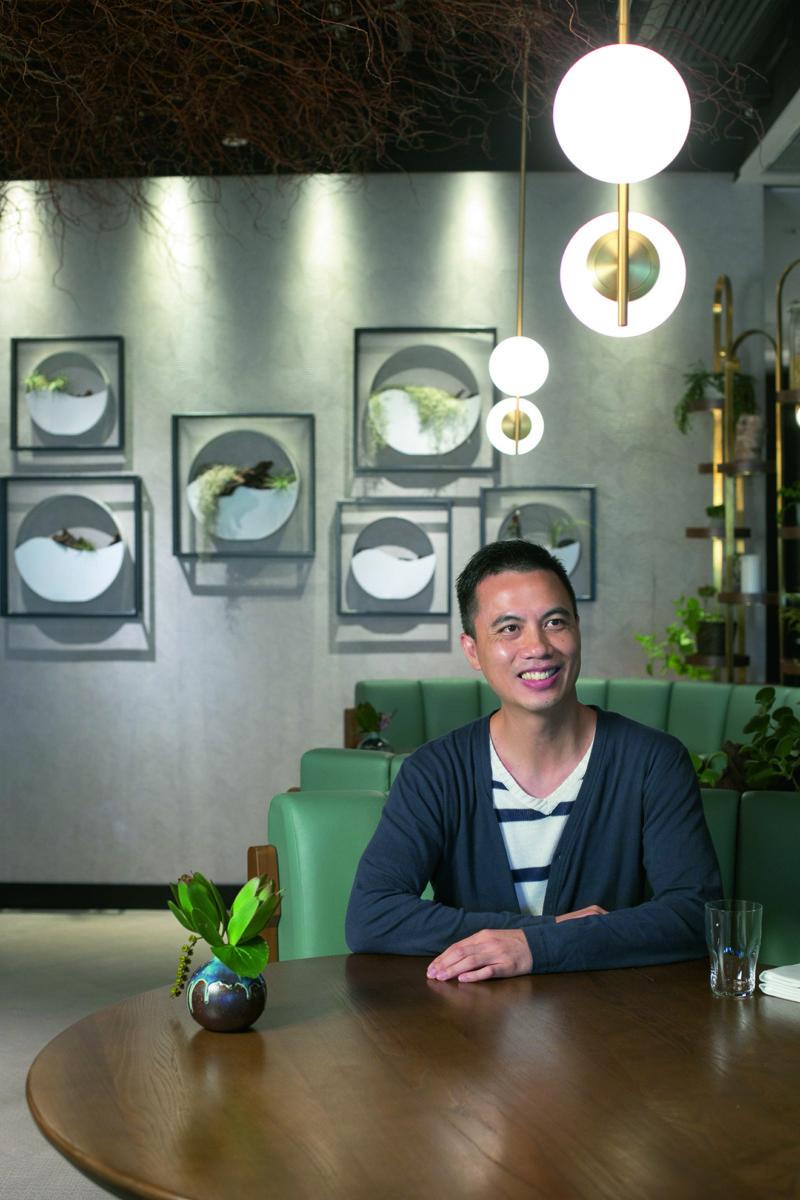 室內設計師John Lau指出,香港愈來愈多餐廳在店子加入綠化元素,不過很多因貪方便而購買假盆栽,讓場內氛圍變得生硬。