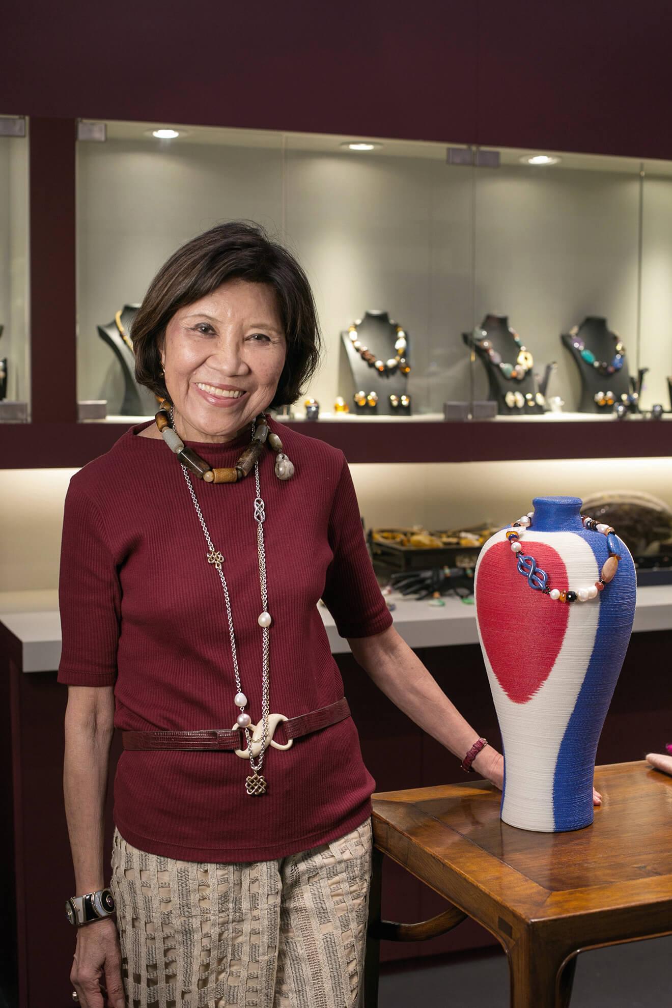 著名珠寶設計師羅啟妍,也在展覽中發布新書,回顧數十年的創作生涯。