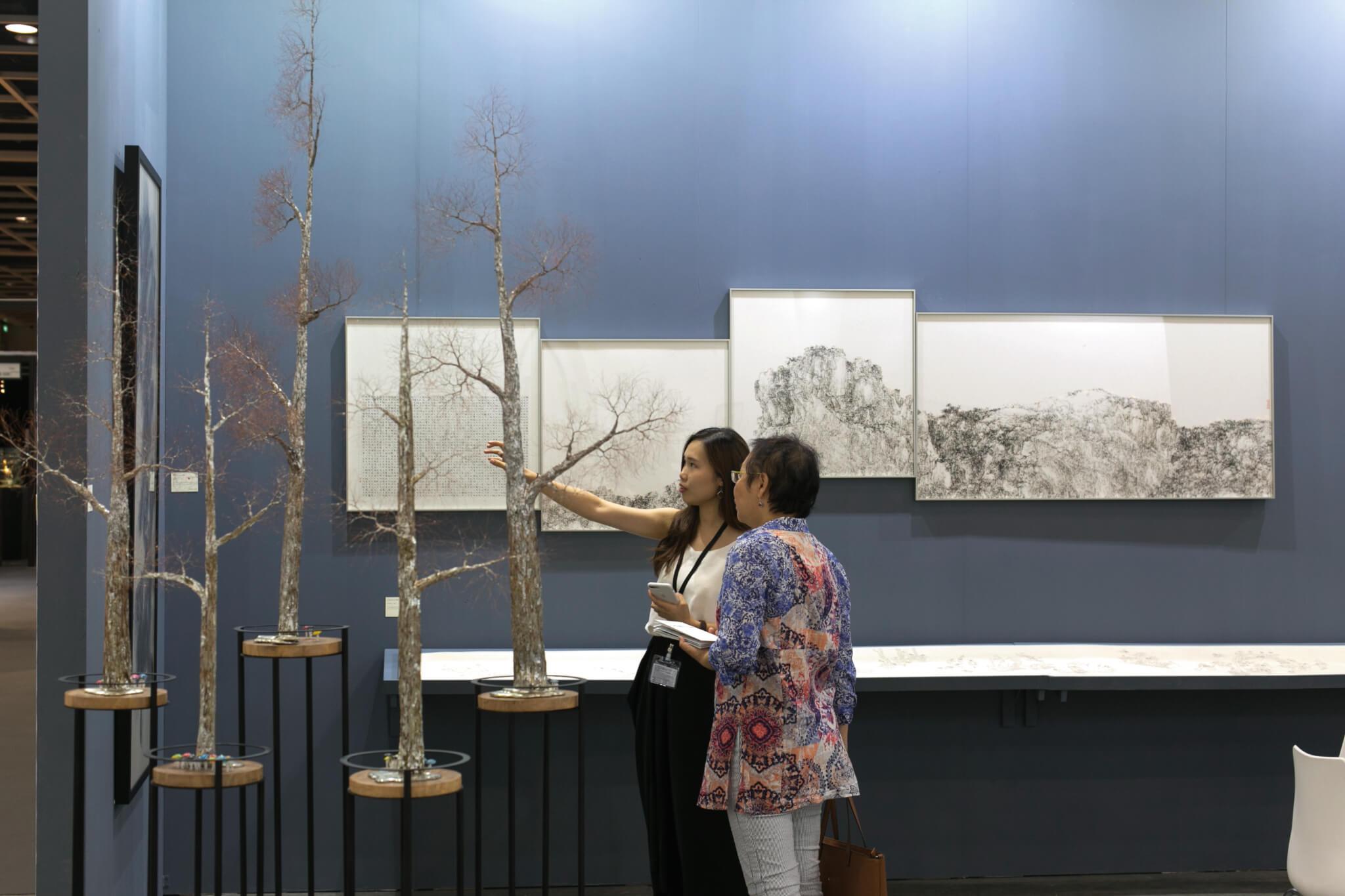 典亞藝博和水墨藝博同場舉行,吸引大批藏家到場,搜尋各類古玩及藝術珍品。