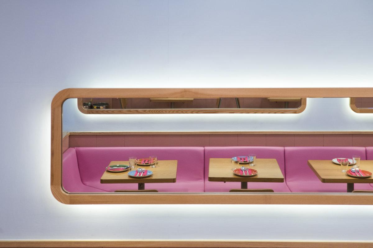 餐廳參照哥林堡的平民飯堂而設計,不過仿皮沙發、瓷磚等,都換成更鮮明的粉紅色。
