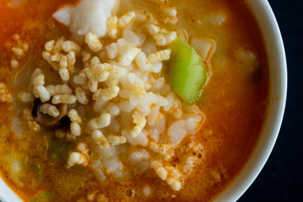 龍蝦湯泡東瀛香米 // 先將一部分米蒸熟,另一部分以高溫油炸脆,一脆一糯,雙重口感。($208 / a)