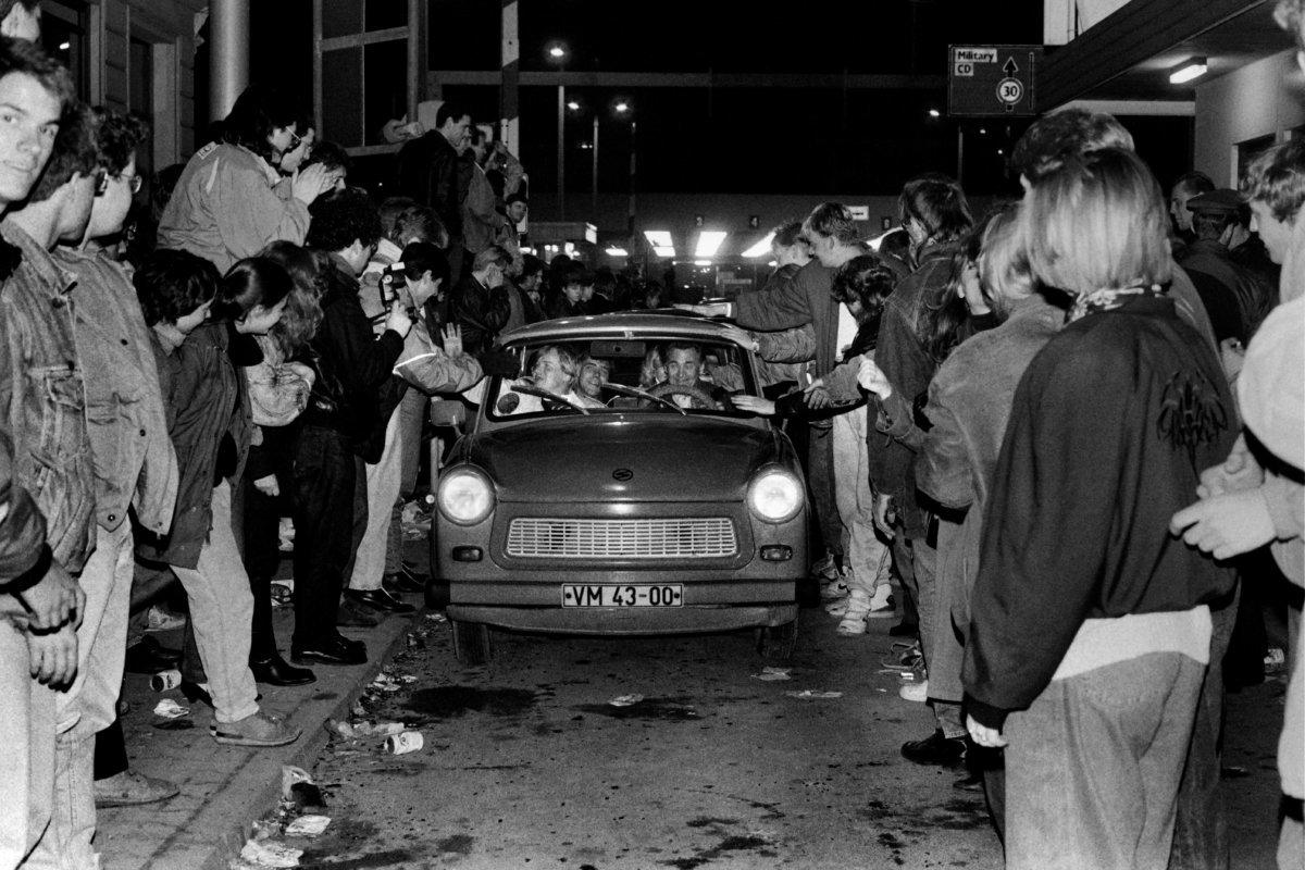 1989年11月9日,東柏林市民在查理檢查站乘車進入西柏林時受到人羣的歡迎。(圖片:法新社)