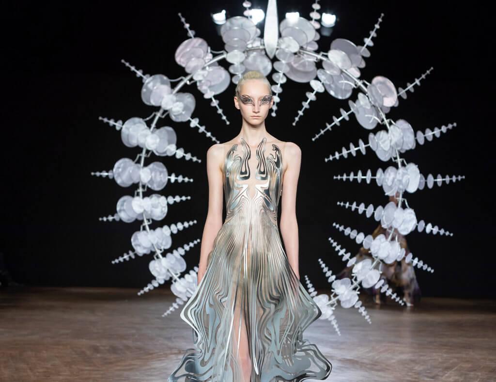 "Iris van Herphen FW2019的靈感,來自美國立體動力裝置藝術家Anthony Howe所設計的 ""Omniverse""。"