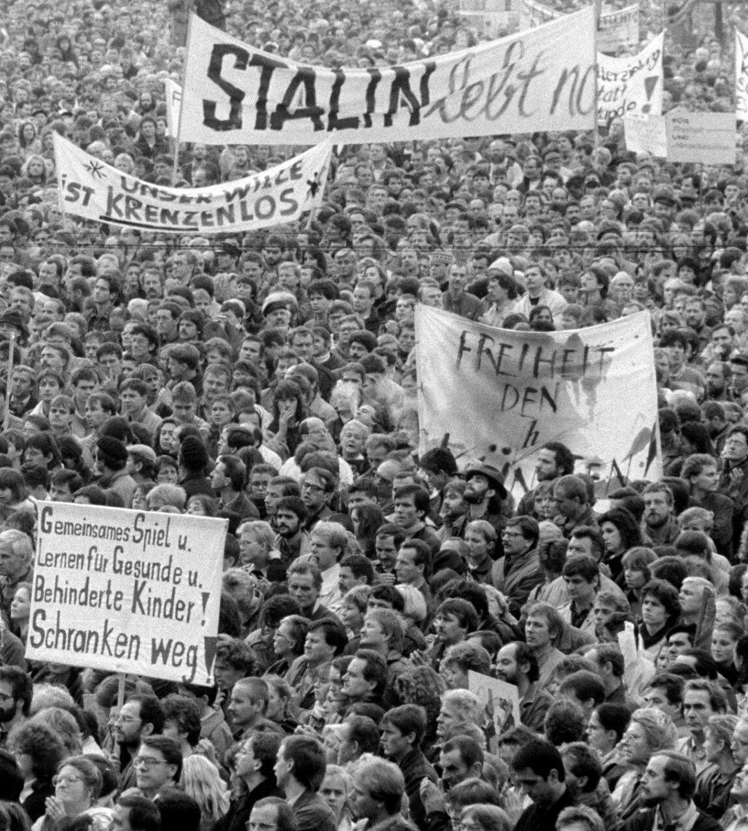 1989年11月4日,人羣集中在東柏林亞歷山大廣場展開爭取改革的和平遊行,是東德歷史上最大規模的示威遊行。(圖片:法新社)