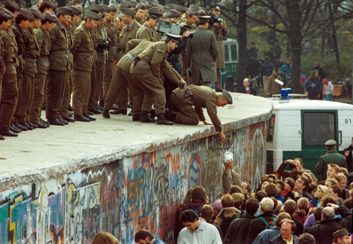 1989年11月11日,西柏林市民向邊防軍遞上一壺咖啡。(圖片:法新社)