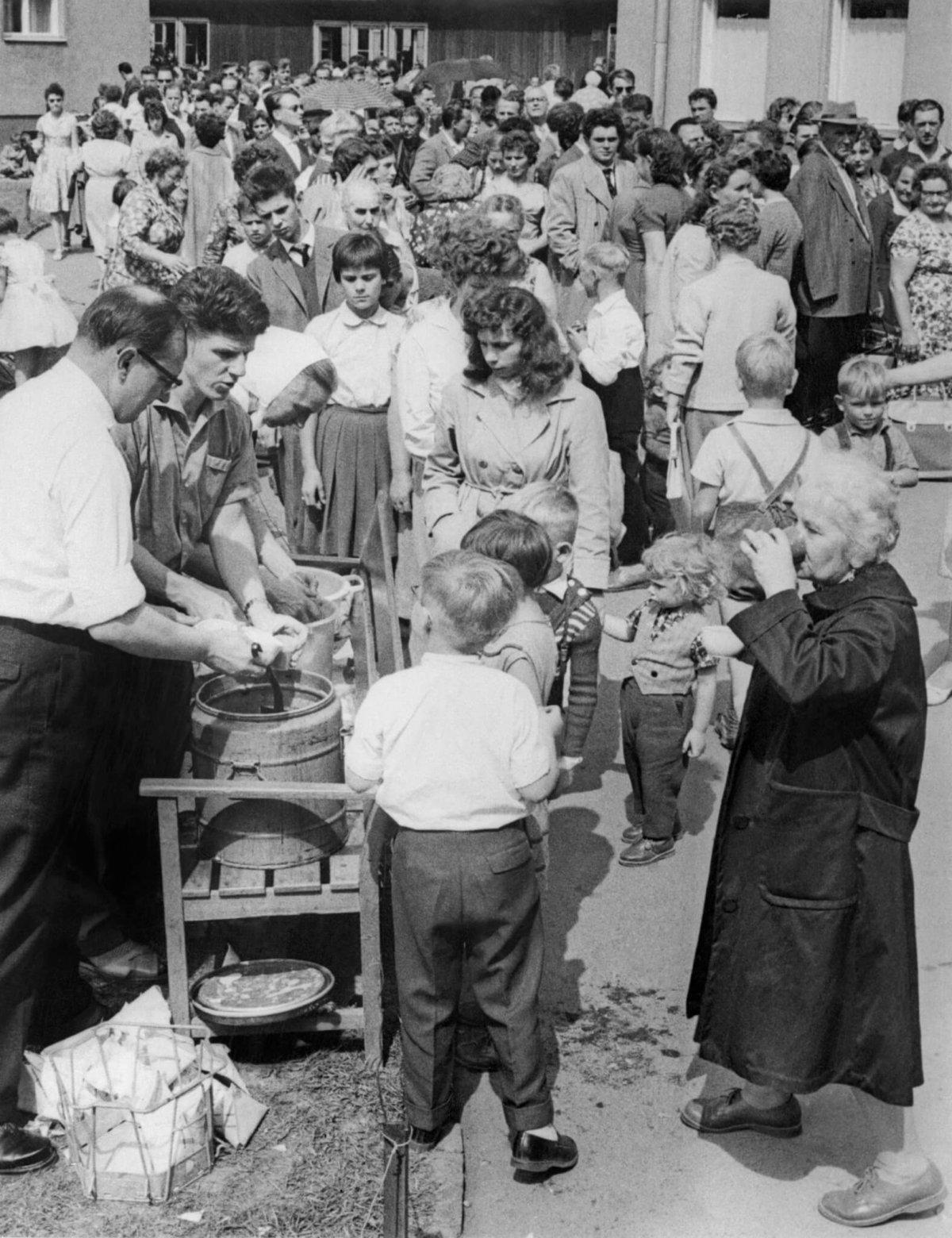 1961年8月13日,東德難民在Marienfeld難民接待中心等待食物分發,他們因為柏林圍牆的修建而逃離東柏林。(圖片:法新社)