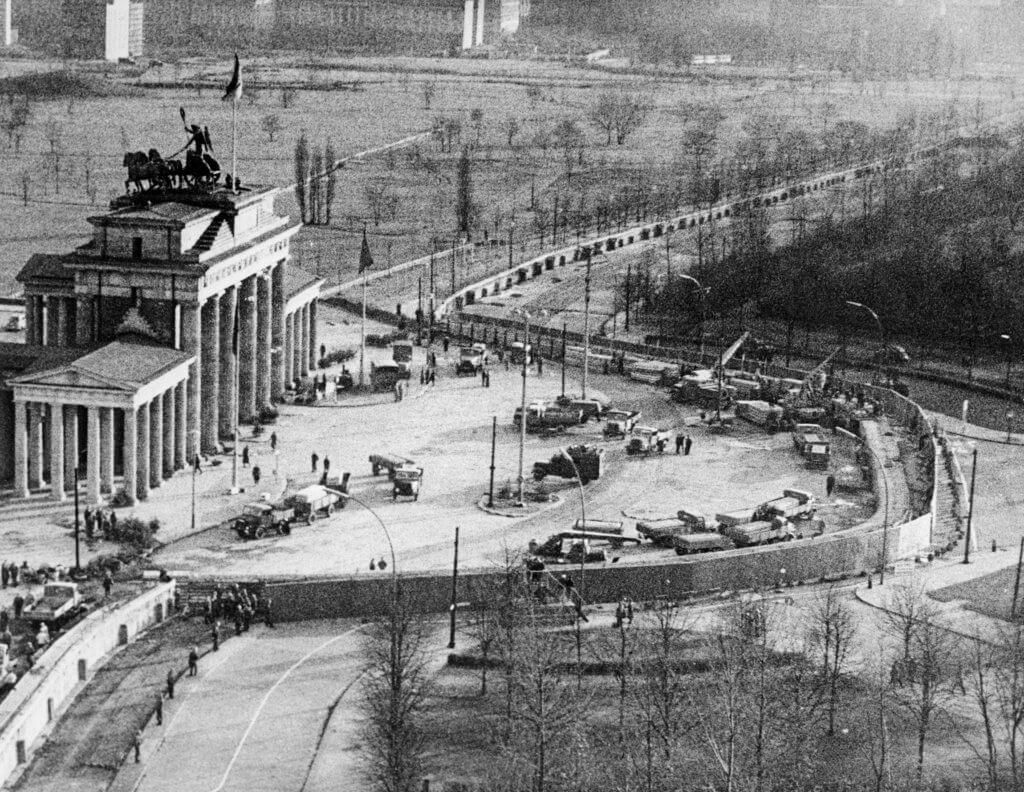 1973年東柏林建築工人在勃蘭登堡門(德語:Brandenburger Tor)附近加固柏林圍牆。(圖片:法新社)