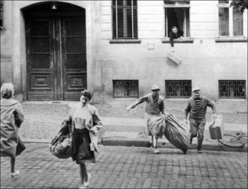 1961年8月11日,東德家庭在柏林被東德政府新建的圍牆一分為二之前逃離家園。(圖片:法新社)