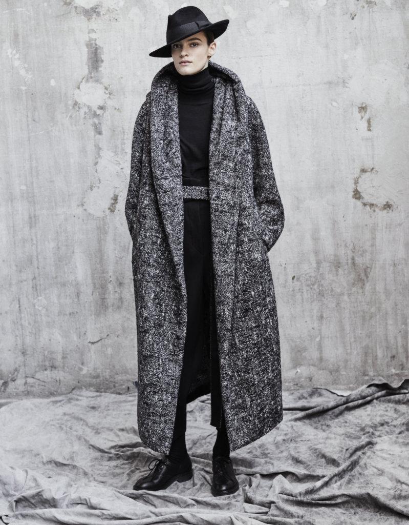 Max Mara Atelier以傳奇藝術家Mimmo Paladino的作品為靈感,其充滿空間感與古典輪廓的風格化成大衣。
