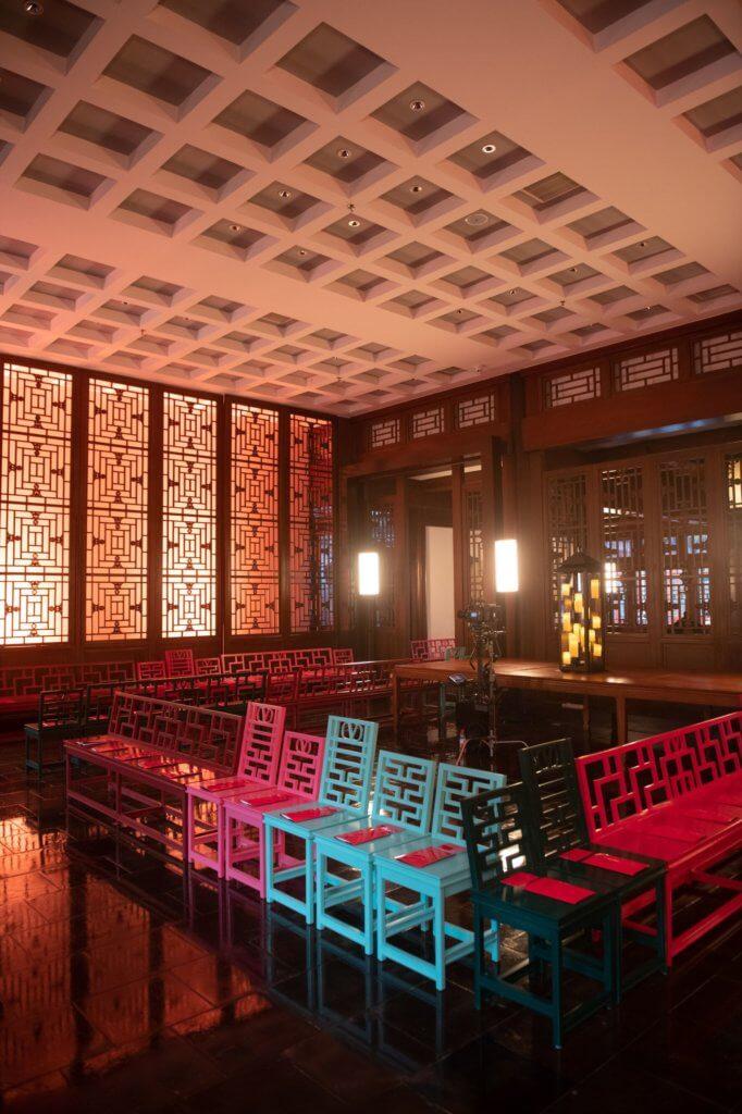 這次在北京展示的45件haute couture,在朱牆黛瓦、青磚紅門前舉行。