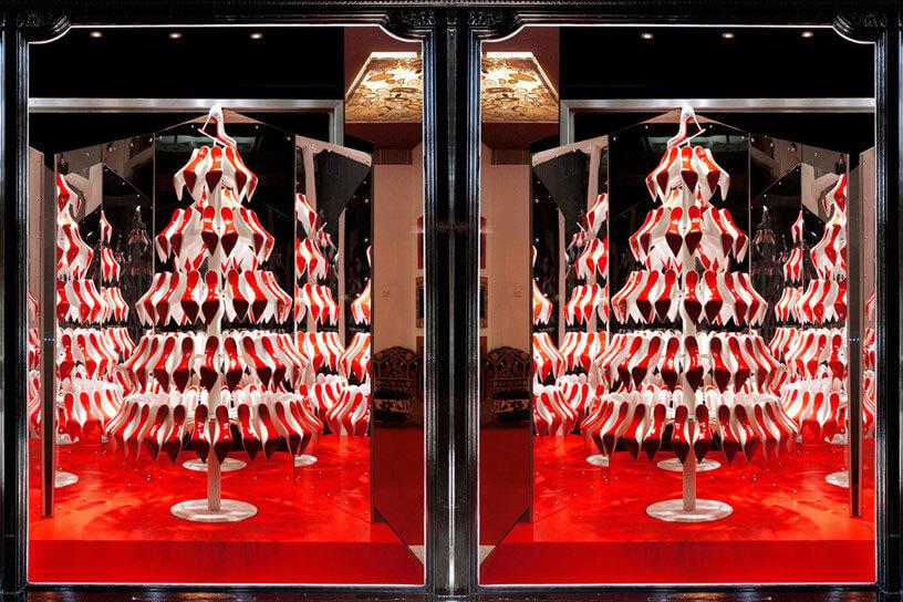 Christian Louboutin在2012的聖誕櫥窗以紅底鞋聖誕樹為賣點