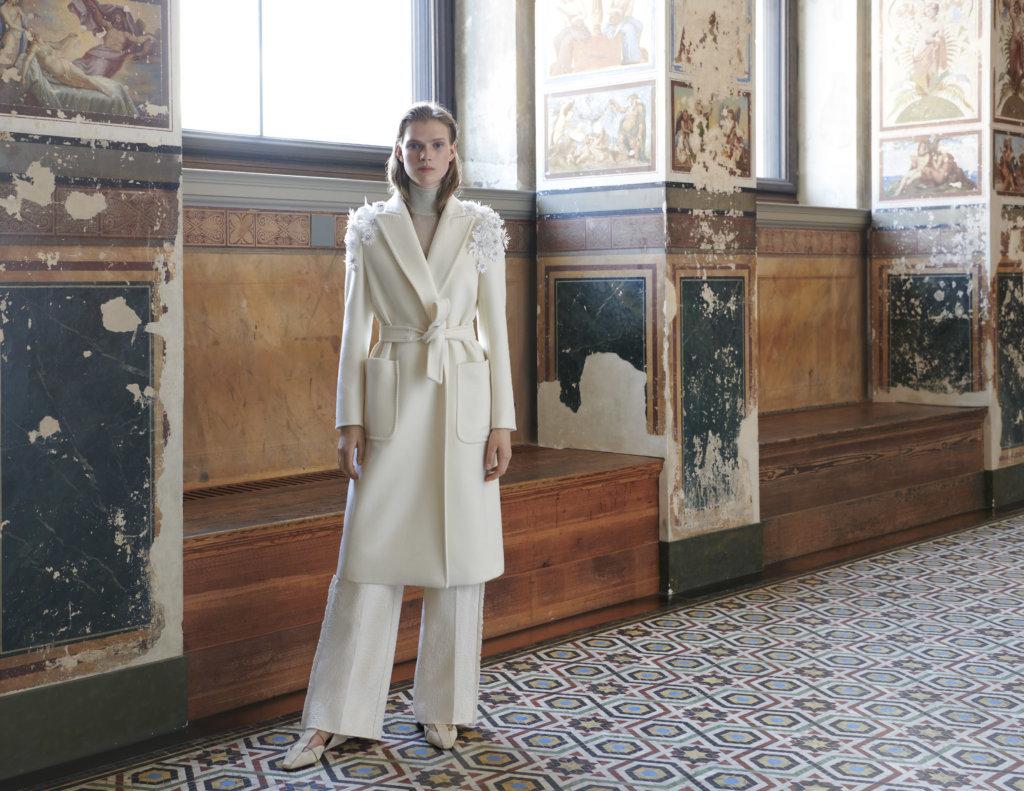 「柏林大衣」剪裁俐落,展現女性肩部線條分明