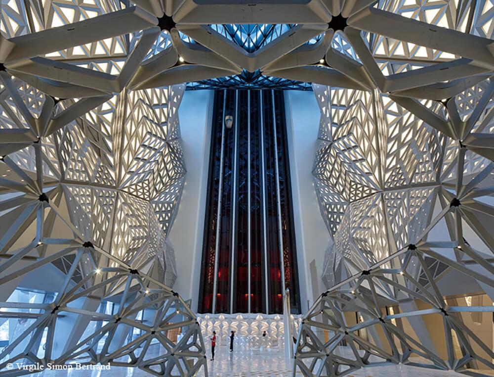 澳門新濠天地的摩珀斯酒店採取不規則形外露結構,設計以鋼骨為重點,創造出雕塑般的建築形態。