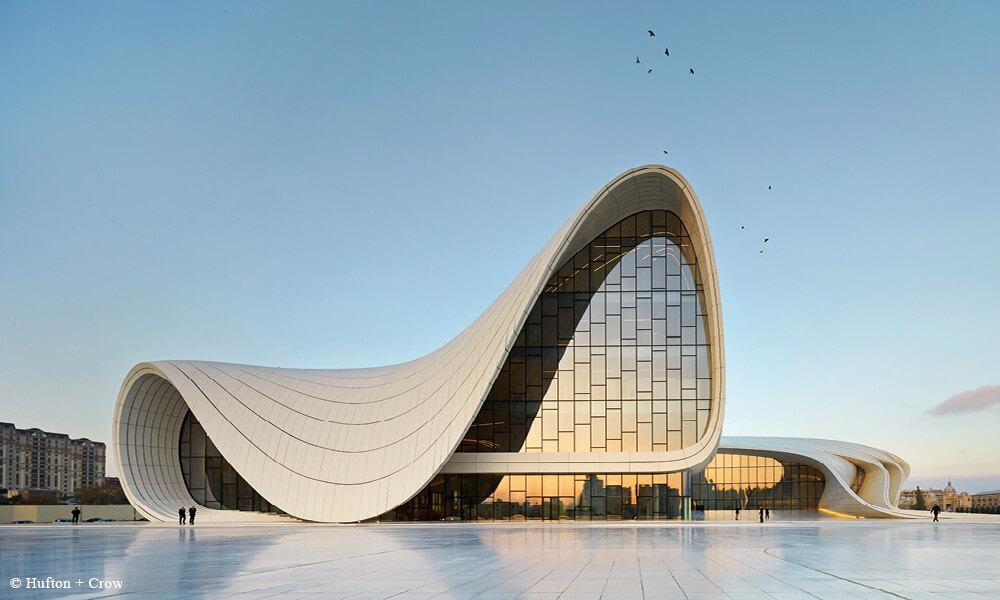 位於阿塞拜疆的阿利耶夫文化中心,以波浪、分叉、皺褶以及曲線構成建築主體,呈現澎湃的活力動感。