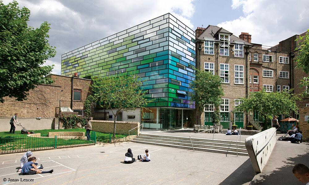英國 Clapham Manor Primary School 的新教學樓處於古舊的建築環境中,Sadie Morgan 運用大膽色彩創造出別樹一幟的風格。