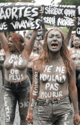 01:上月法國女性主義主義者裸體有心,抗議本年逾百宗法國女性被謀殺。女性卸下衣服,身體便是女性最後、最有力的後盾。