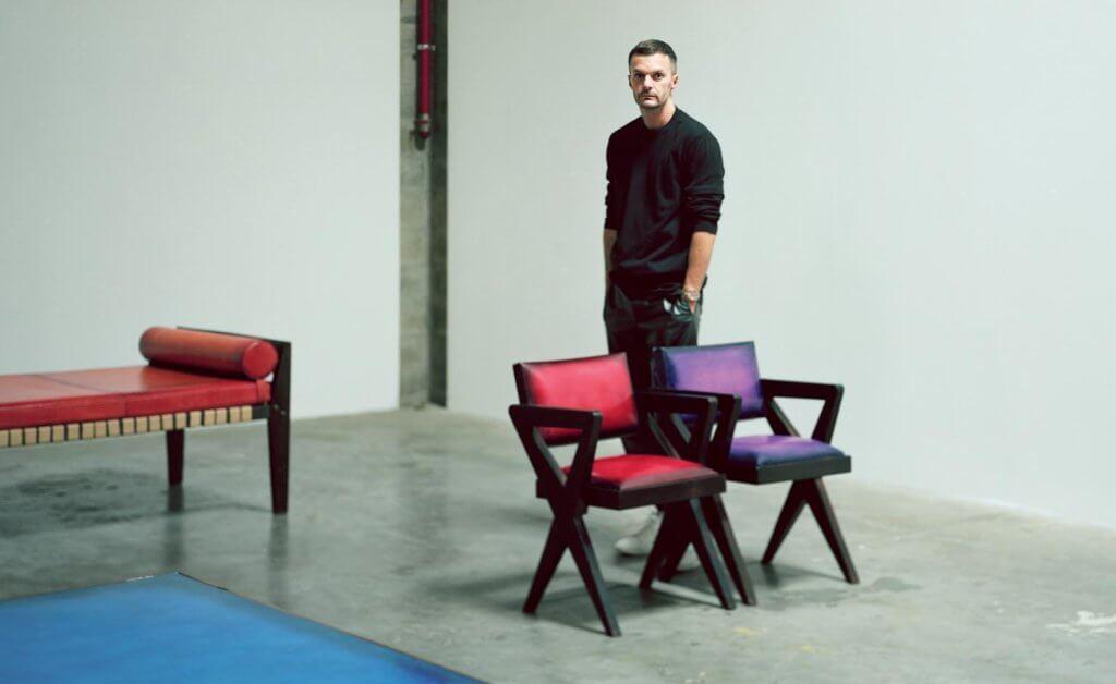 Kris Van Assche特別鍾情Pierre Jeanneret的家具。這次他與巴黎Laffanour Galerie Downtown創始人François Laffanour 合作,順勢推打造一個Pierre Jeanneret原創家具為主題的家具系列。