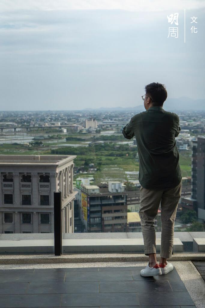 從香港到頭城鎮到礁溪鄉,之後可能再搬去宜蘭市,兩年下來,Issac依然活得像旅途上的人。到底是處處是家,還是處處不是家?