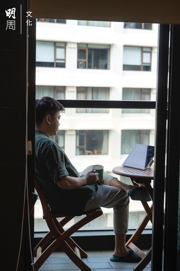 一個人的生活,陪伴他的就是露台、夜景、Netflix和紅酒。