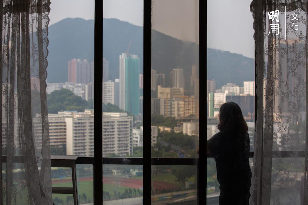 張太的家很寬敞舒適,廳有一扇大窗,面向城門河景,秀色可餐。可惜,香港的社會環境令她沒有興致看風景。