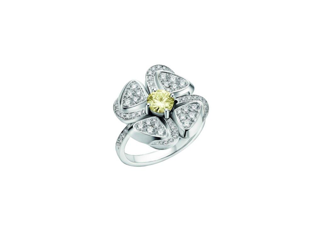 明亮的黃色鑽石鑲嵌在每朵花卉的中央,周圍密鑲白色鑽石作花瓣,呈現出頑強的生命力。