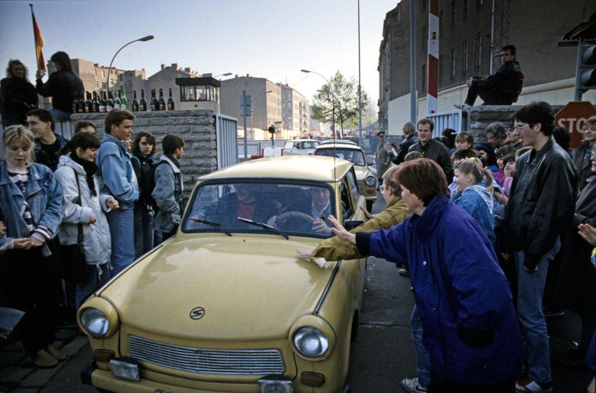 西柏林人在邊境歡呼地歡迎東柏林Trabi 車隊越境來到Chausseestrasse Photo: imageBROKER / Alamy Stock Photo