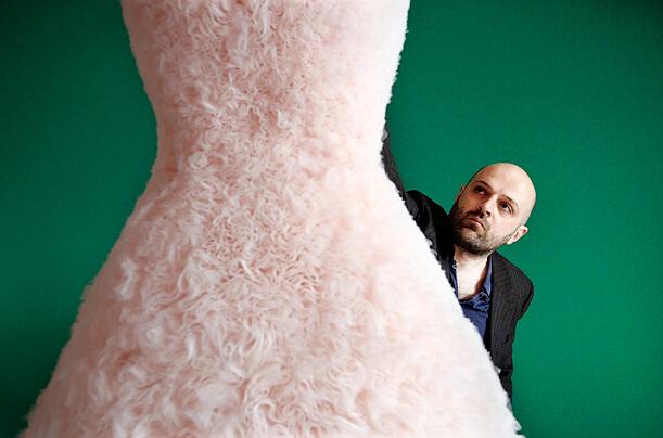 時裝和藝術領域享譽盛名的Hussein Chalayan為例,最近為柏林一所學院擔任時裝系主任,傳授創意時尚。