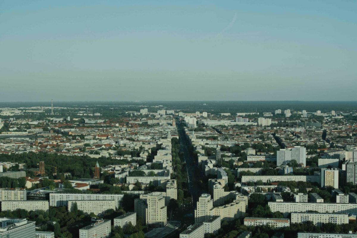 柏林的卡爾.馬克思大道(Karl-Marx-Allee)兩旁的樓房修建於1950年代,高大整齊的方型建築帶有典型的社會主義風格。當時整條大街被作為東德戰後重建的樣板。