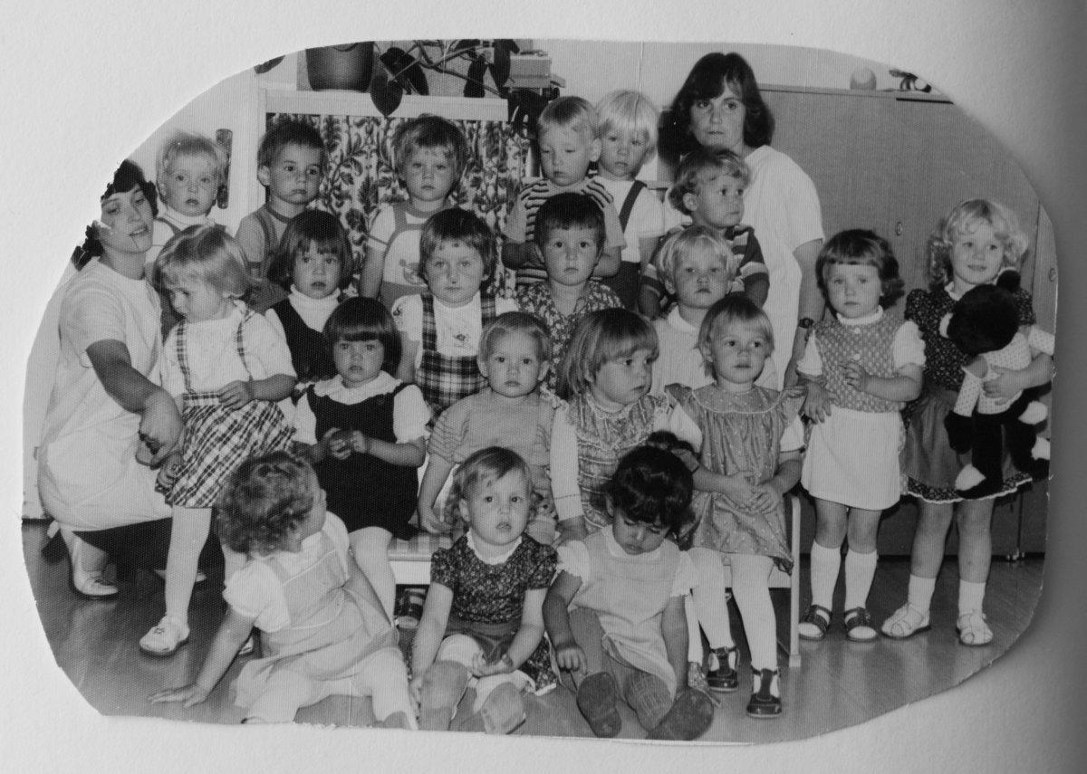 東德的託兒服務和幼稚園讓女性可以投入工作,至今仍為Veronika Sisolefsky 津津樂道。Joyce為前排右三。圖片由受訪者提供