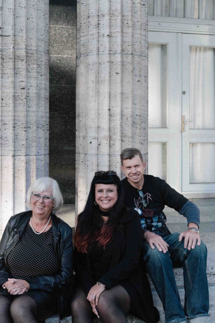 Veronika Sisolefsky(左)、Joyce Olivia Bernitt(中)和Kay Bernitt(右) 在卡爾.馬克思大街合照,他們一直住在東柏林。