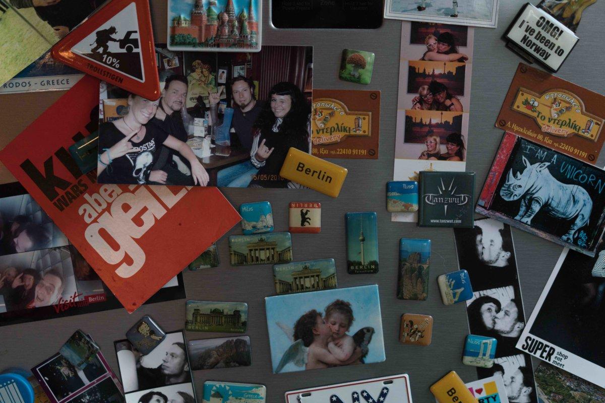 Joyce Olivia Bernitt雪櫃上的生活照和世界各地旅行收集的印,這樣的生活方式在媽媽的1989年以前的年代無法想像。