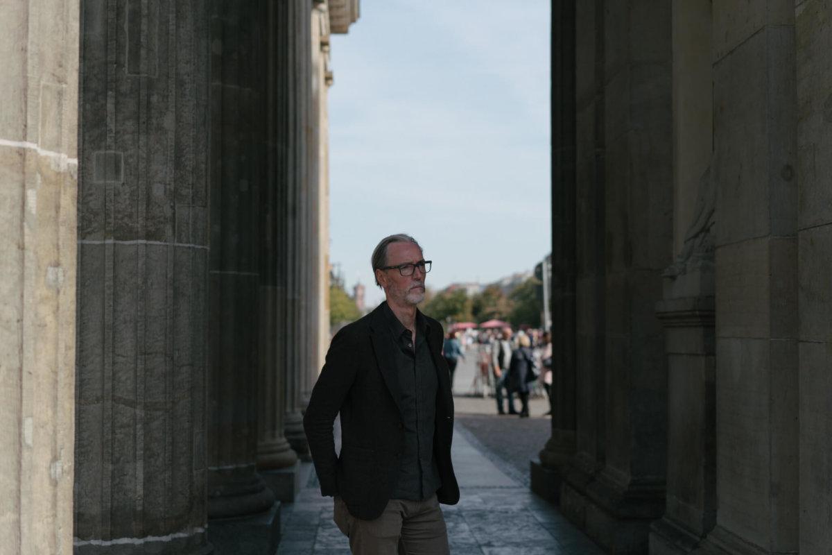 冷戰時期布蘭登堡門位於東柏林和西柏林的分界線上, Peter Keup走過這道門象徵走向自由。