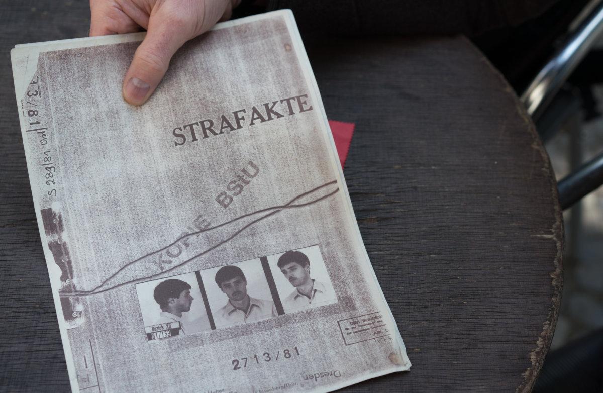 1999年,Peter Keup查閱自己被記錄的「史塔西」(Stasi)檔案,照片是他入獄時的樣子。