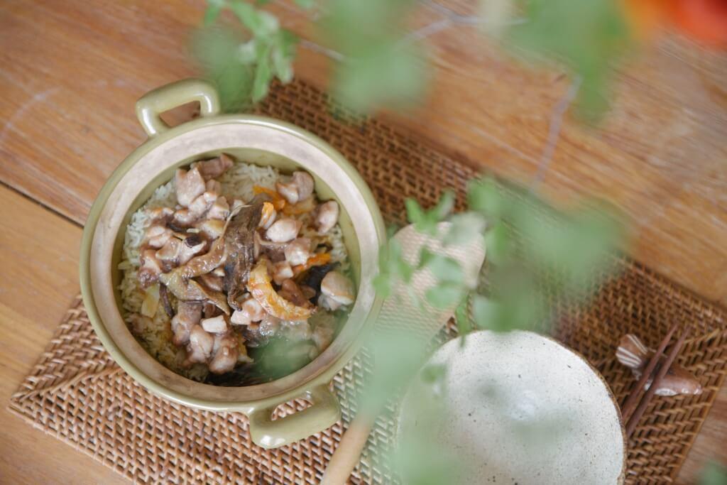 用蝦醬、蝦乾吊出牛肝菌的香氣,令熱騰騰的鍋飯更添滋味。