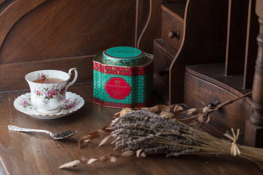 茶罐蓋子上的花紋,是以18世紀倫敦有名傢具工匠omas Chippendale創出的獨特 花紋圖案作為藍本;配上罐身不同深淺的尼羅河綠,呈現出豐富的效果和質感。