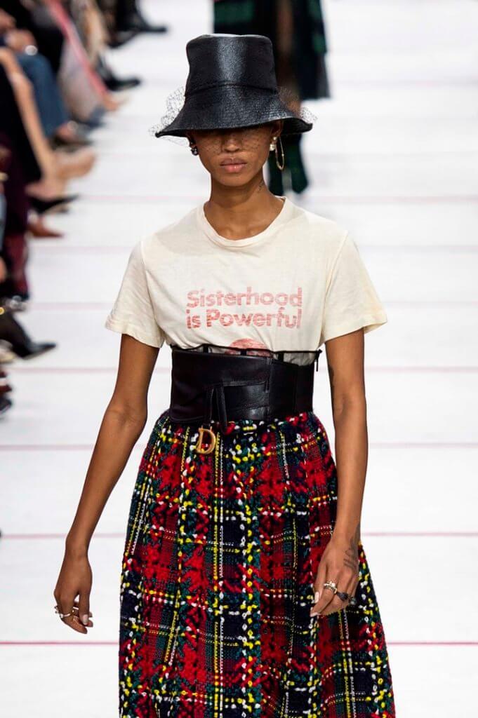 """2019年秋冬系列為例,Dior邀請意大利女藝術家Tomaso Binga用女性胴體組成的英文字母藝術作品佈置,又推出""""Sisterhood is Powerful""""的slogan tee,展現品牌一向推崇的女性主義。"""