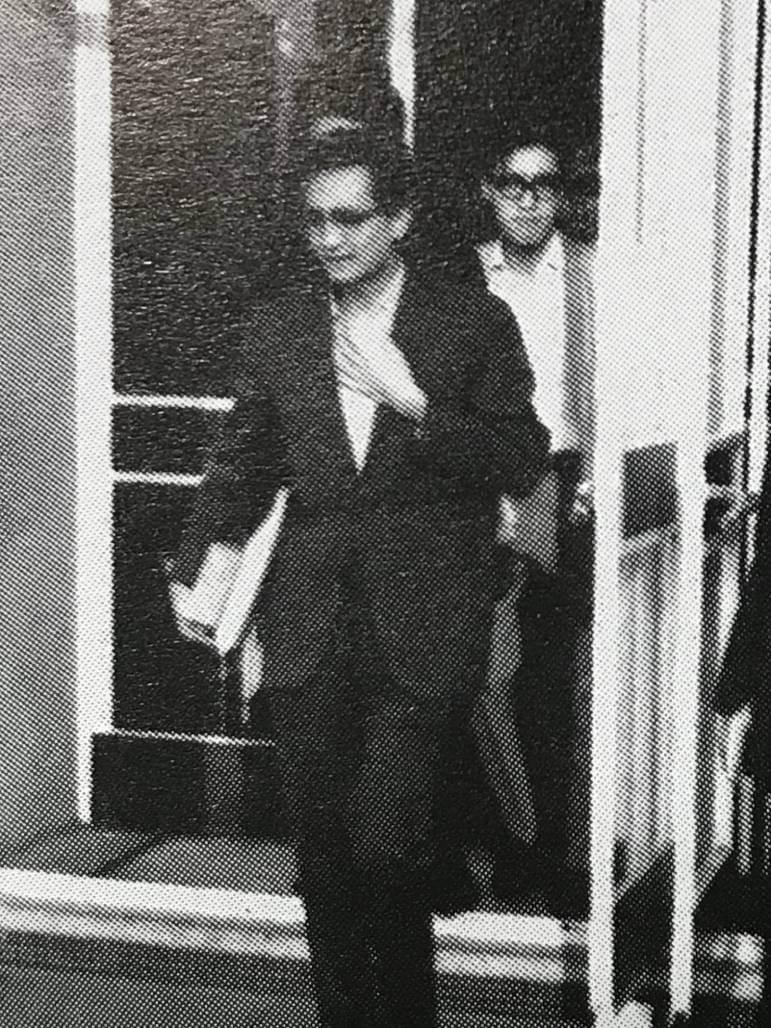年輕時的羅卡步出香港大會堂,當年新興的藝術中心。圖片:《60風尚 中國學生周報影評十年》